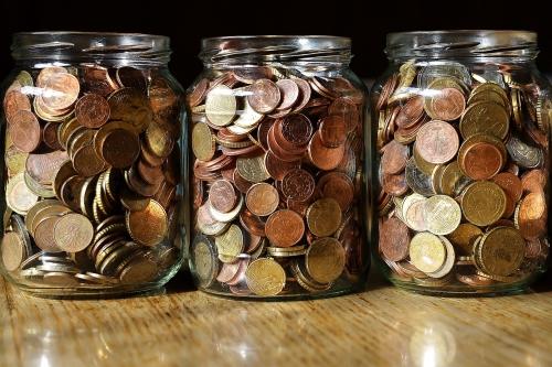 Potes de dinheiro, que representam a contabilidade mental